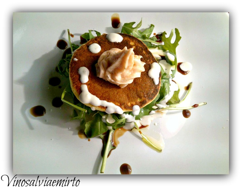 pancakes e musse al salmone affumicato e crema di caprino