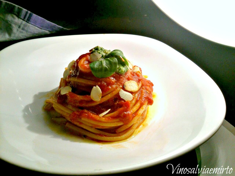 spaghetti all'arrabbiata e pesto di songino