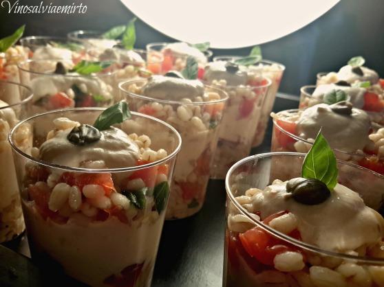 Bicchierini di orzo e yogurt greco al salmone